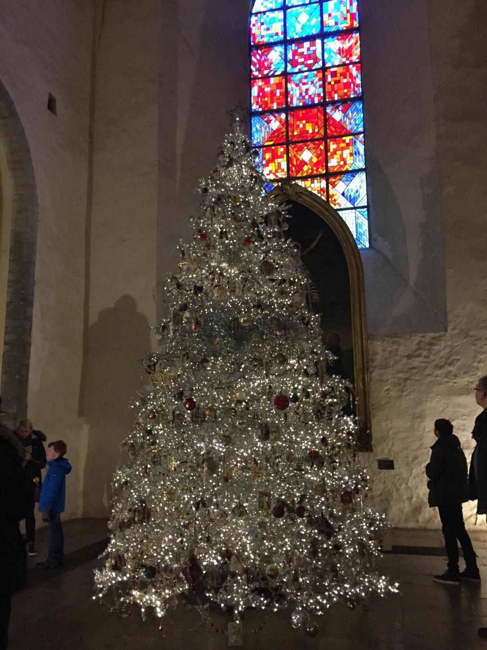 Pühapäeval käisime Niguliste kirikus kuuske vaatamas . Sunnuntaina käytiin vanhassa kaupunkissa kävelyllä ja Niguliste kirkossa katsomaan heidän joulukuusta